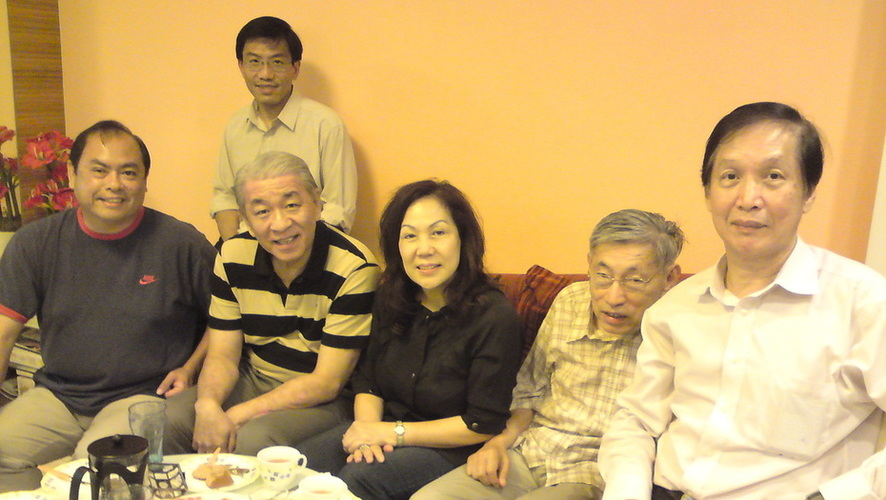 Meeting at SDP's then Asst Sec-Gen, John Tan's house in January 2011 for a frank and cordial discussion on Mr Chiam's returning to SDP as a mentor-like leader to lead a GRC team (from left: John, Dr Chee, Bentley Tan, Mrs Lina Chiam, Mr Chiam and Dr Wong Wee Nam).