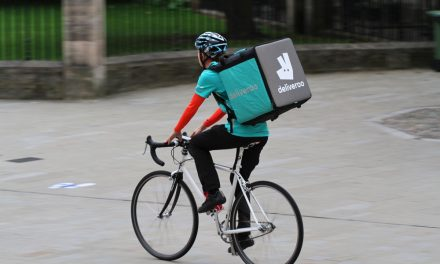Netizens have differing opinions towards Deliveroo's new halal delivery bag initiative?