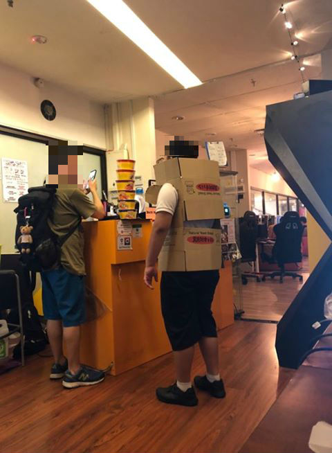 Netizens make fun of boy wearing cardboard boxes to enter a LAN shop during school hours while in uniform - Alvinology
