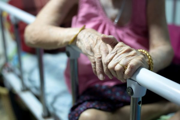 How to prevent falls among the elderly at home - Alvinology