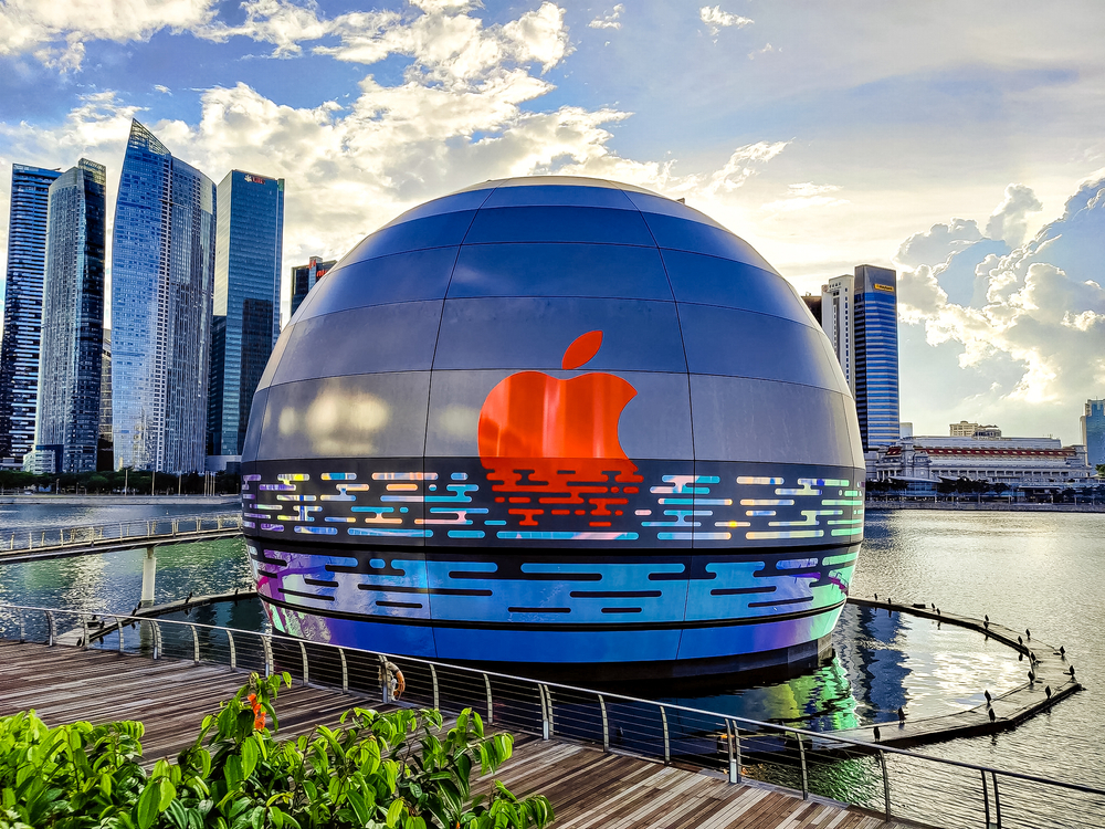 Apple's floating store at Marina Bay Sands Looks like a Glowing Sphere - Alvinology